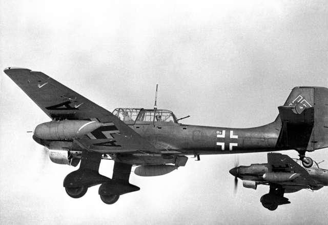 """Cechą charakterystyczną Ju 87 były """"złamane"""" skrzydła i syreny akustyczne (tzw. """"trąby jerychońskie""""), uruchamiane podczas wprowadzania samolotu w lot nurkowy. Ich dźwięk wywoływał panikę na ziemi, działając destrukcyjnie na morale żołnierzy, którzy uciek - full image"""