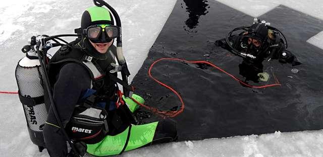 Nurkowanie pod lodem w mokrym skafandrze piankowym. - full image